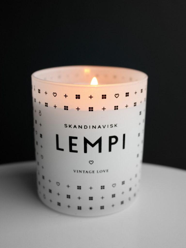 Skandinavisk Lempi tuoksukynttilä Omakotivalkoinen
