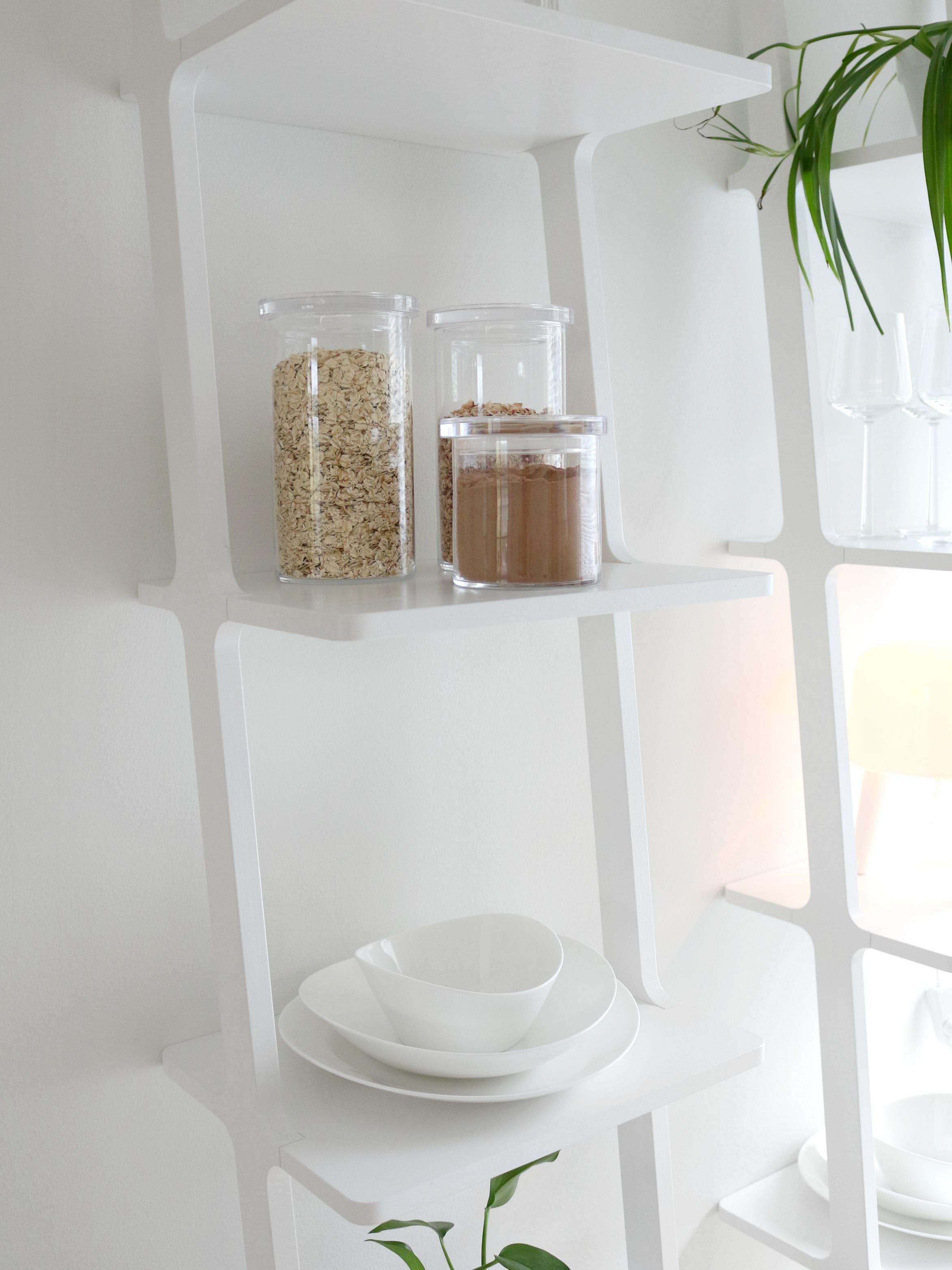 Avohyllyt keittiössä valkoinen sisustus skandinaavinen design