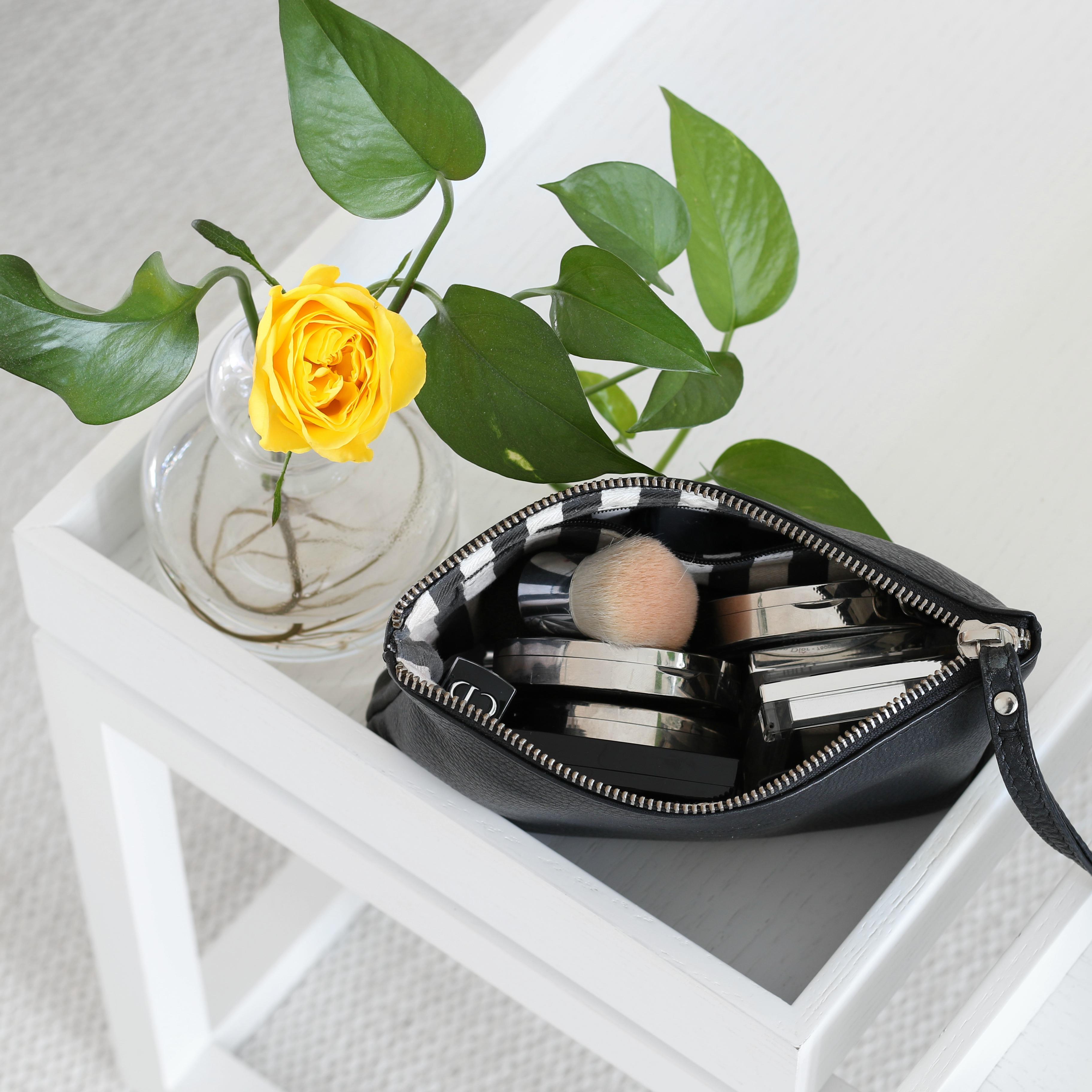 Omakotivalkoinen Minimalistin meikkipussi meikit