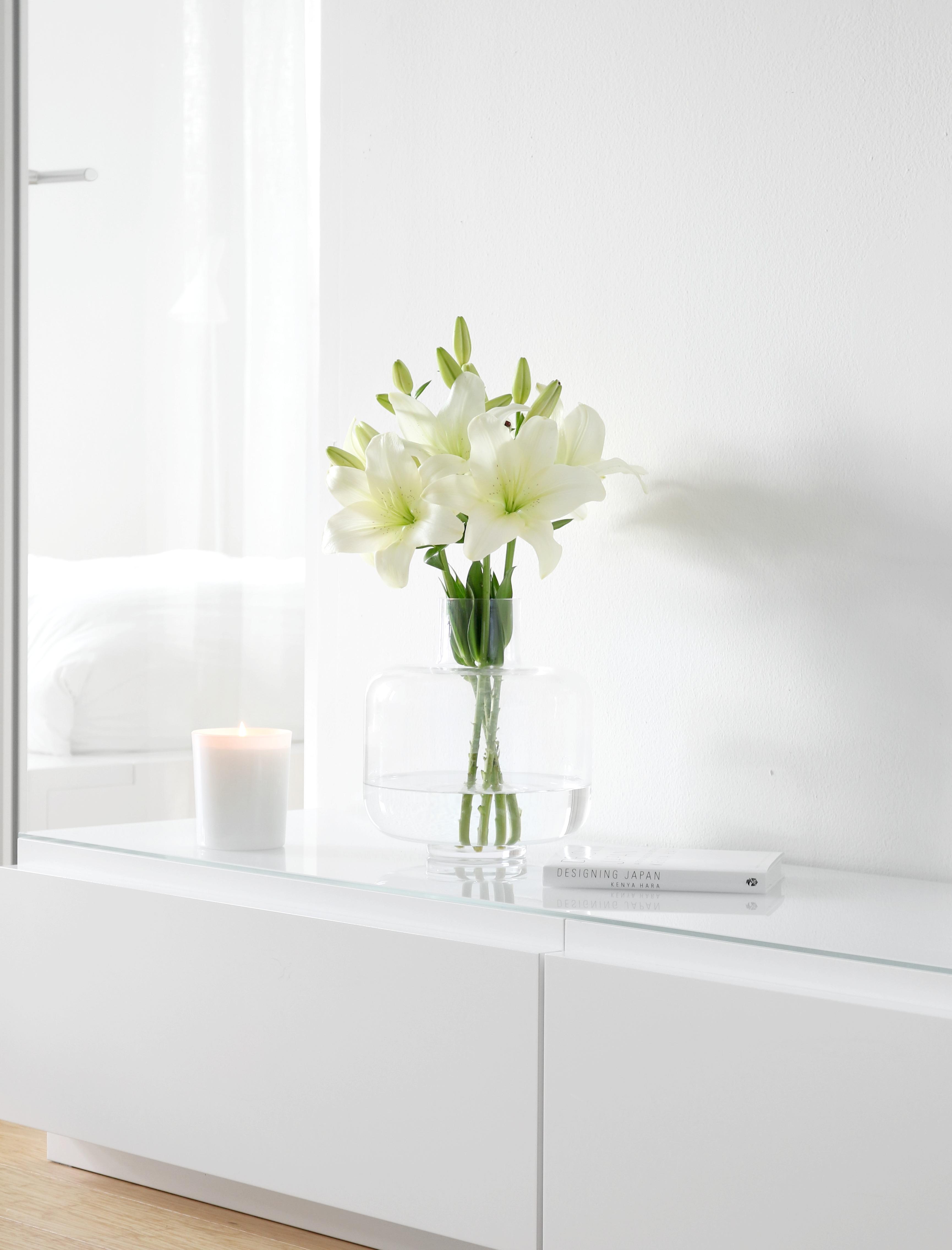 Valkoinen sisustus lilja kimppu Omakotivalkoinen