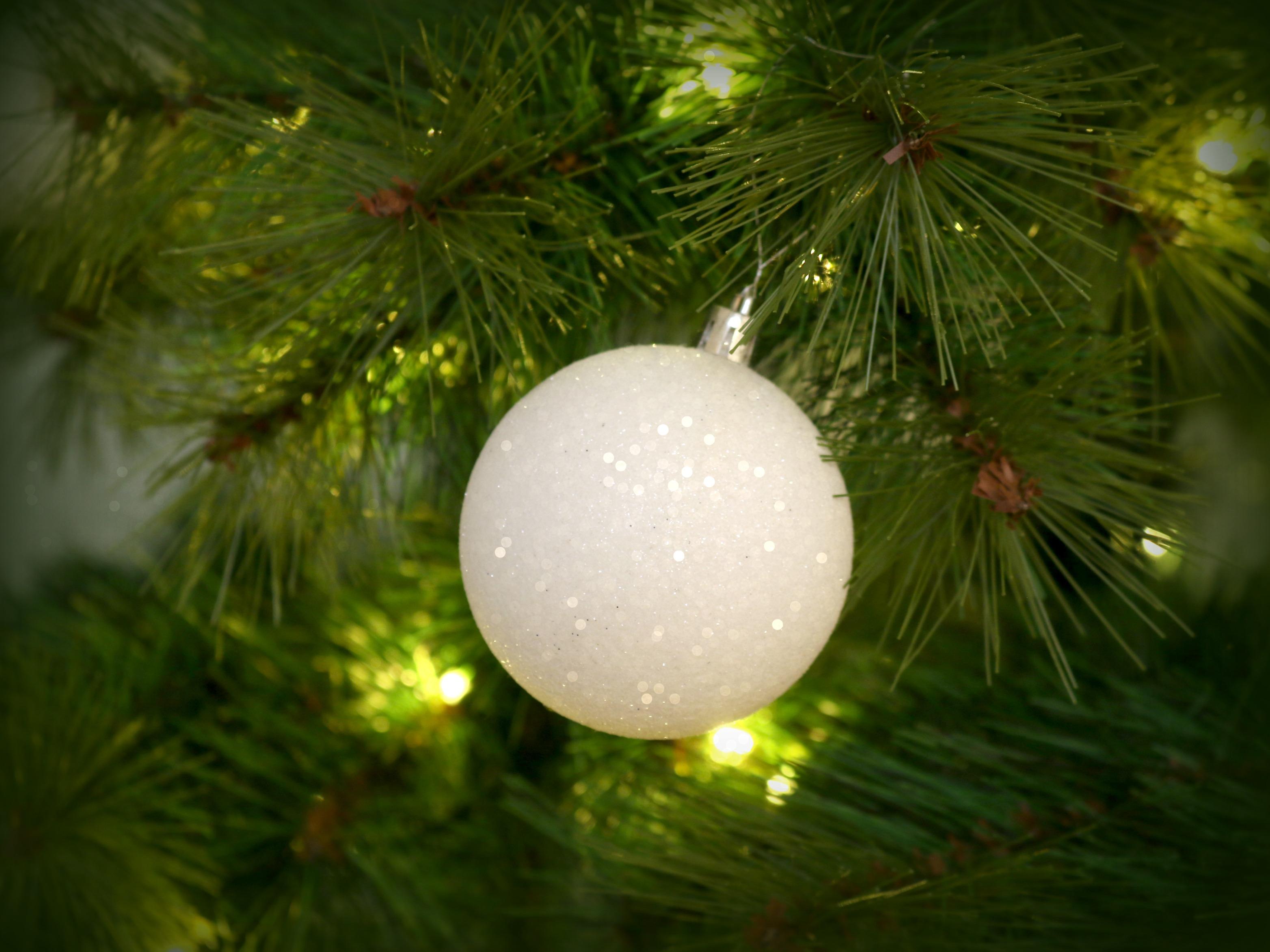 Joulukuusi vihreä valkoiset koristeet Omakotivalkoinen