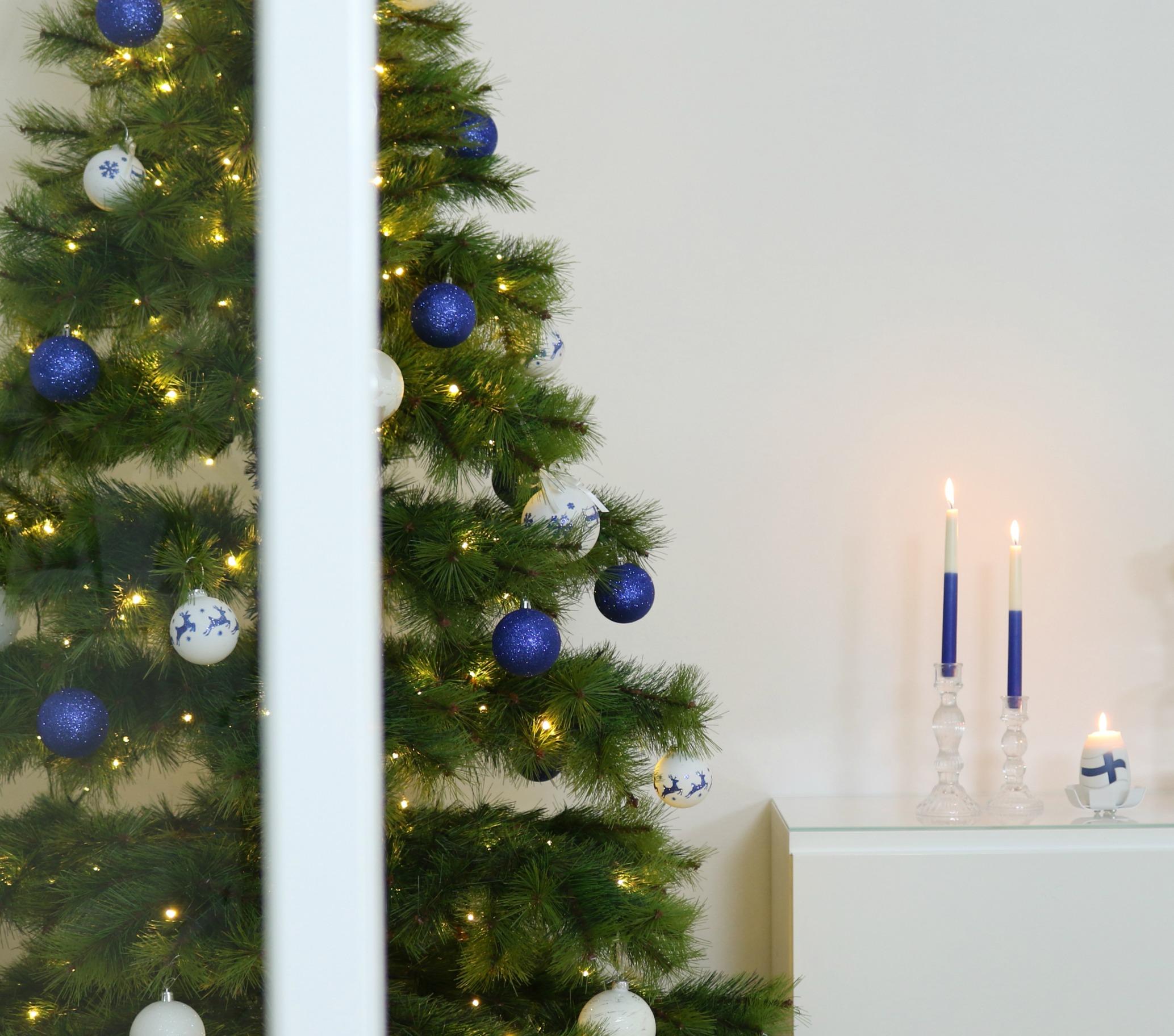 Sinivalkoinen joulukuusi itsenäisyyspäivä Omakotivalkoinen