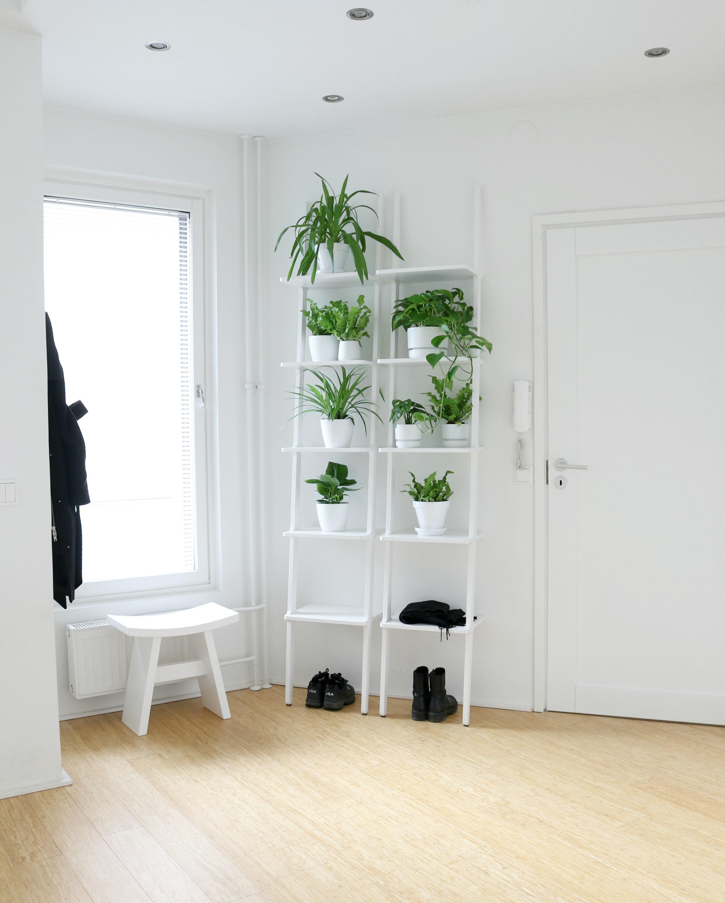 Eteisen minimalistinen sisustus - Omakotivalkoinen