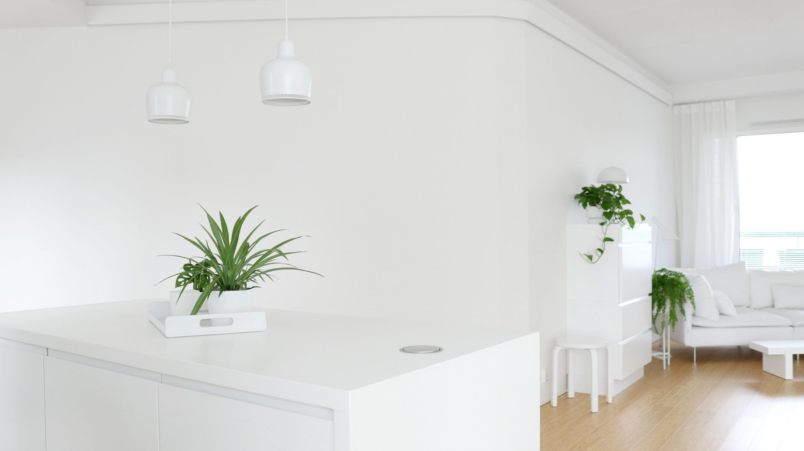 Avokeittio kotitoimisto työpöytä Muurame Mup klaffipöytä olohuoneessa sisustusvideo Omakotivalkoinen