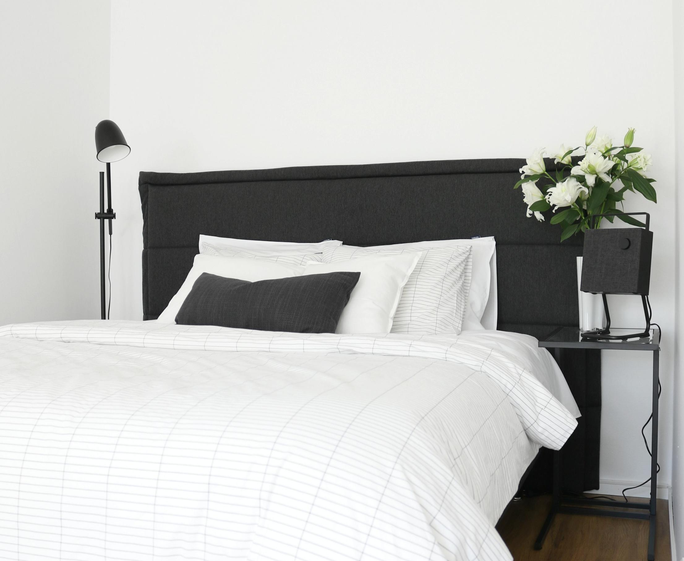 Pienen makuuhuoneen sisustus Familon Ultra joustinsänky ja sängynpääty yksiön sisustus Omakotivalkoinen
