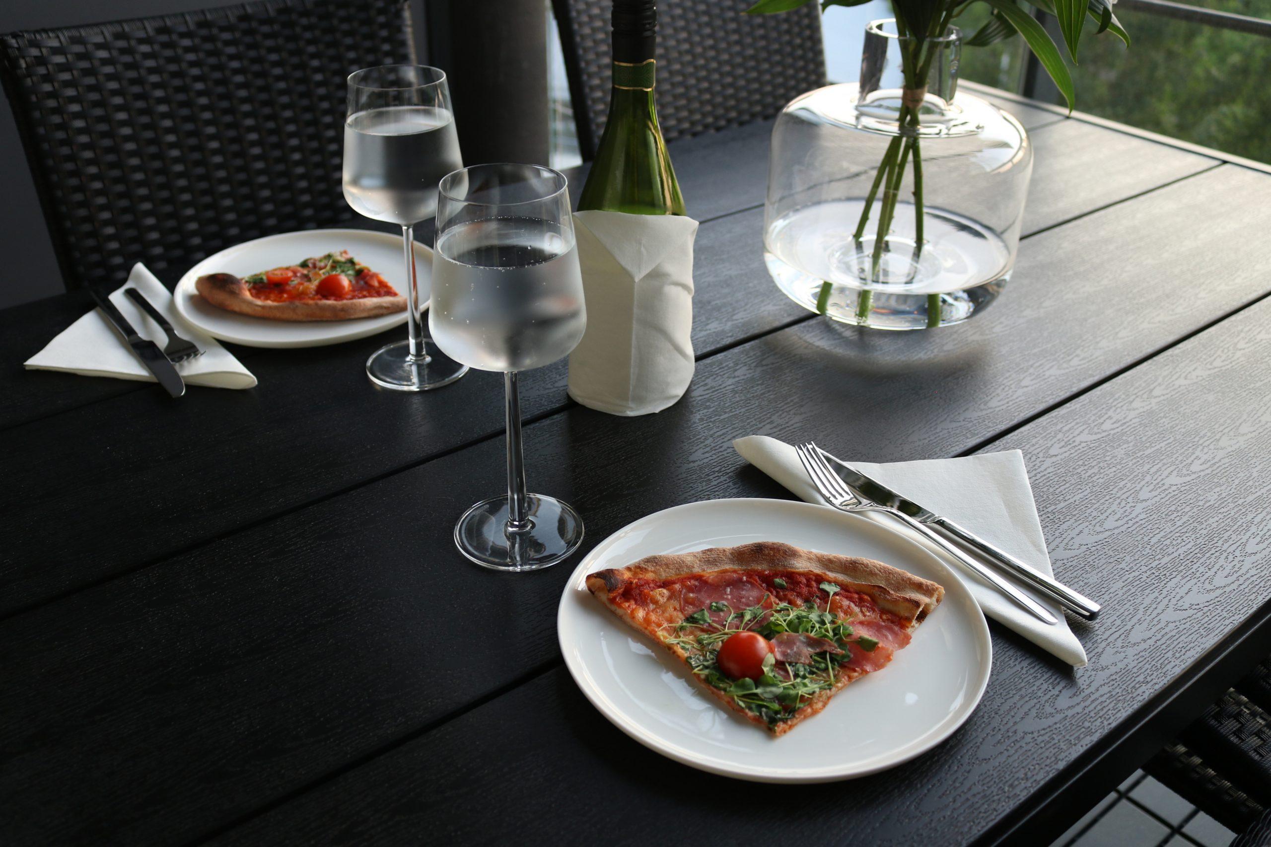 Pizza resepti - Nopea italialainen pizza pizzapohja pizzakastike ilmakuivattua kinkkua, parmesaania ja rucolaa Omakotivalkoinen
