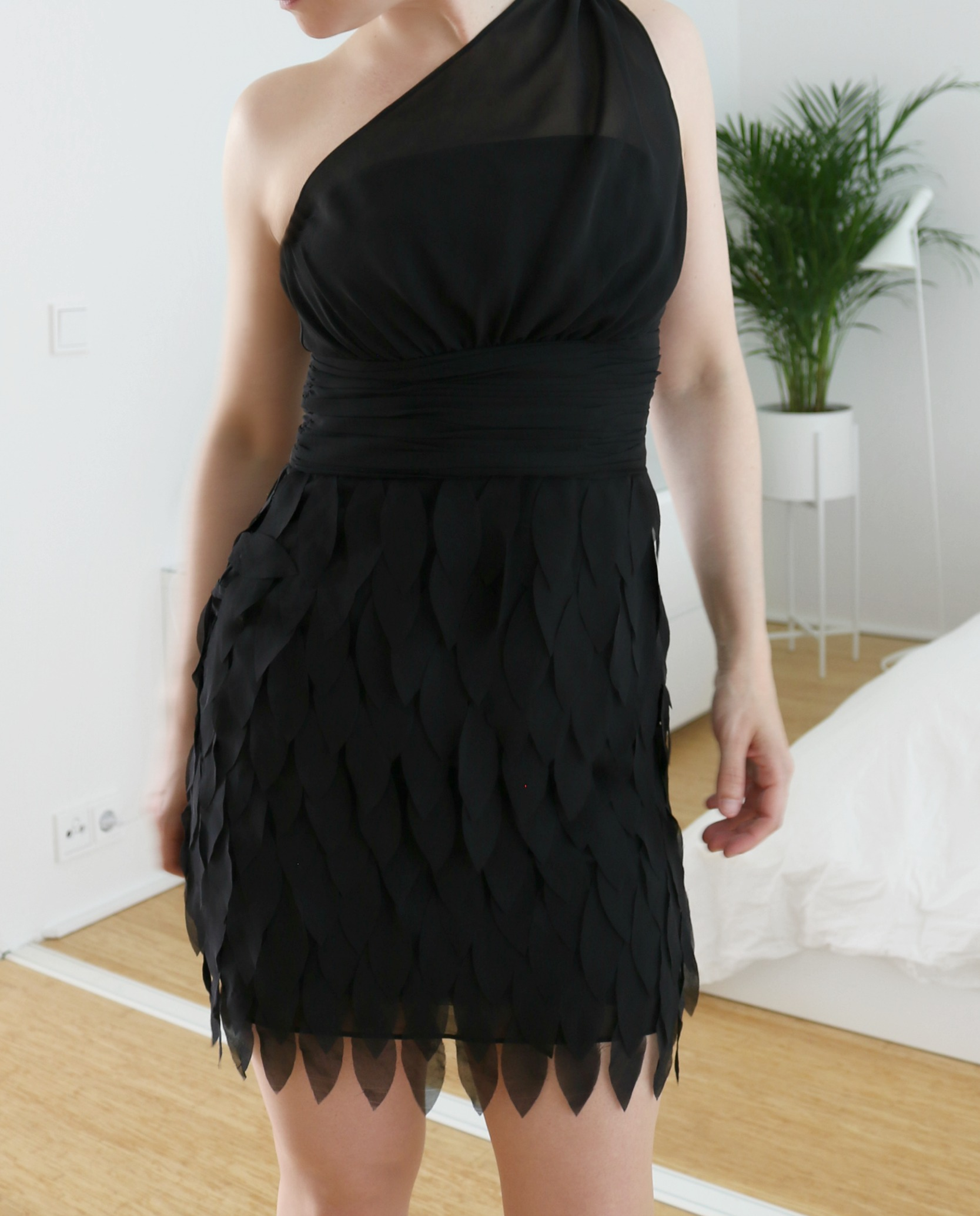 Asukokonaisuus musta mekko korkkarit kirppislöytö Omakotivalkoinen