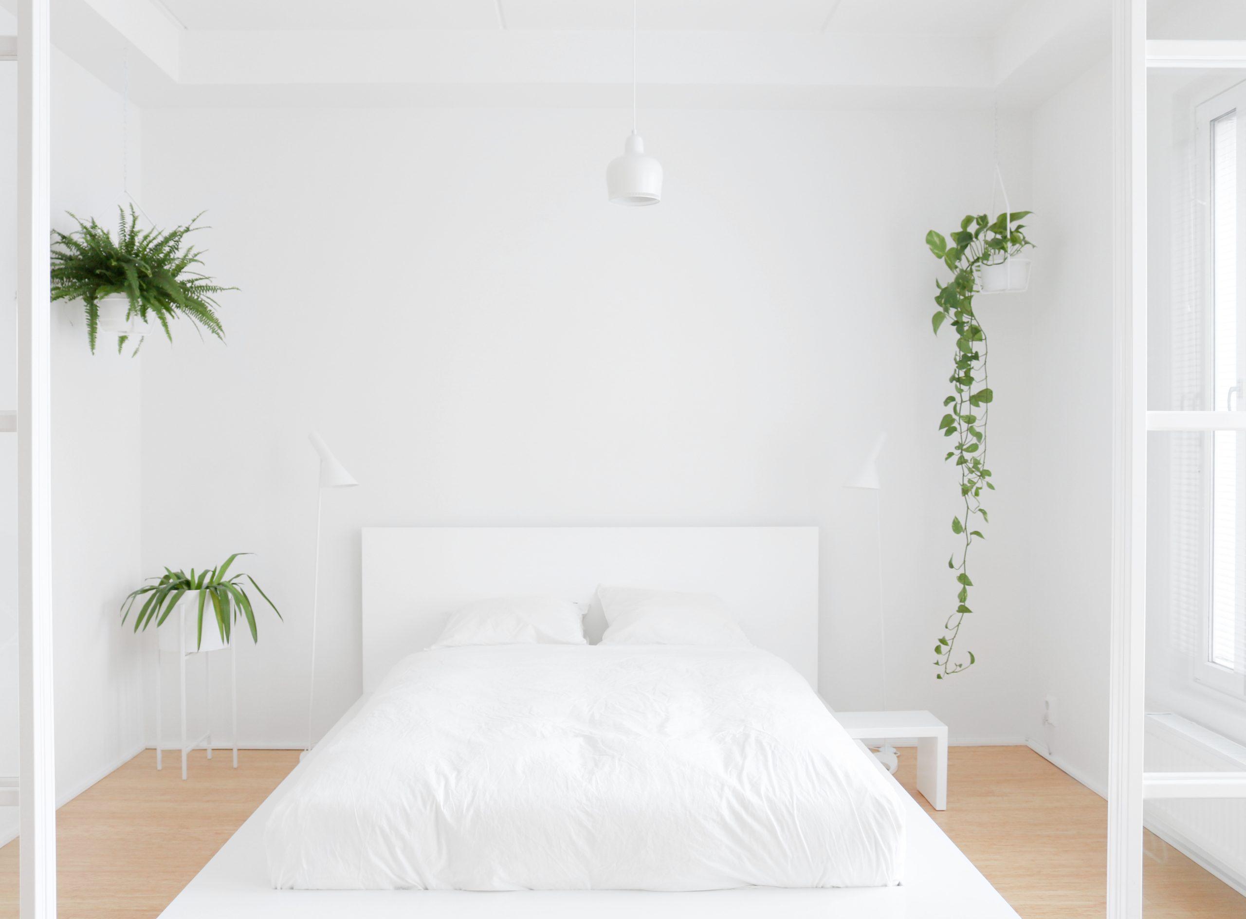 Makuuhuoneen valkoinen sisustus ja lasiliukuovet Omakotivalkoinen sisustusblogi