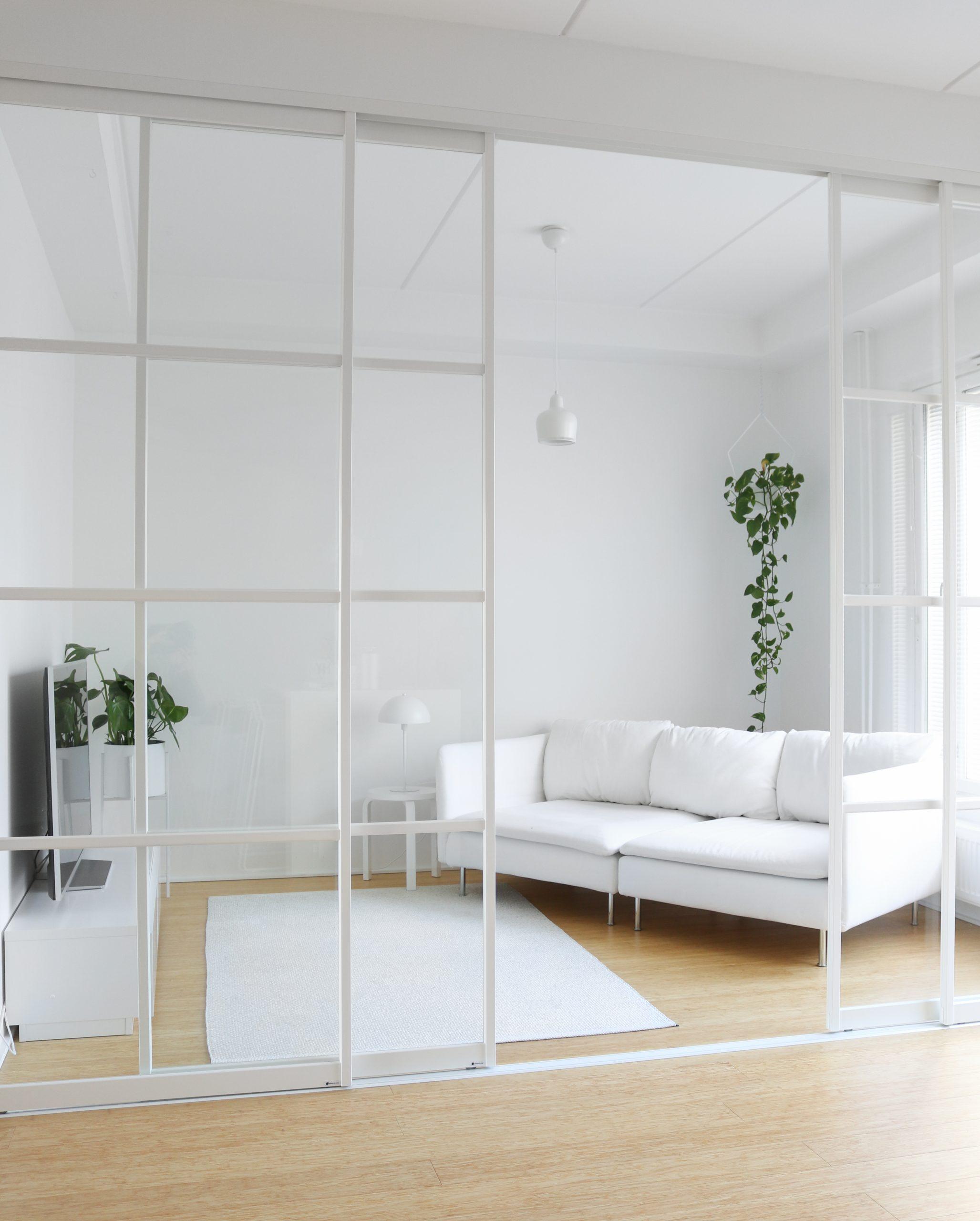 Olohuoneen valkoinen sisustus ja lasiliukuovet Omakotivalkoinen sisustusblogi