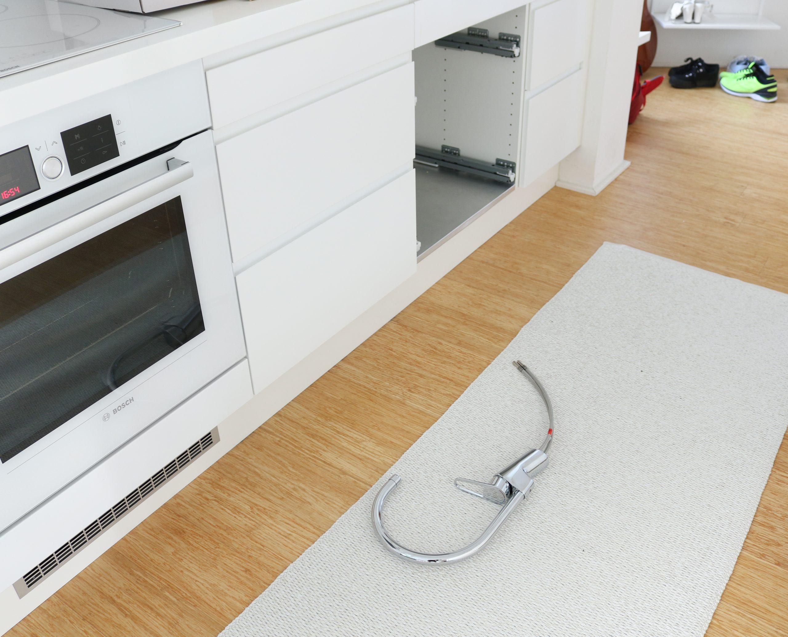 Gustavsberg Nautic keittiöhanan asennus on helppoa pika-asennusmutterin ansiosta - Keittiöremontti Omakotivalkoinen